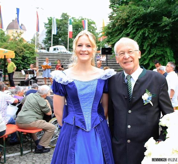 Blumenkönigin Jessy und Oberbürgermeister Dr. Ivo Holziger beim Fest der Kulturen 2016. Foto: Claudia Flemming